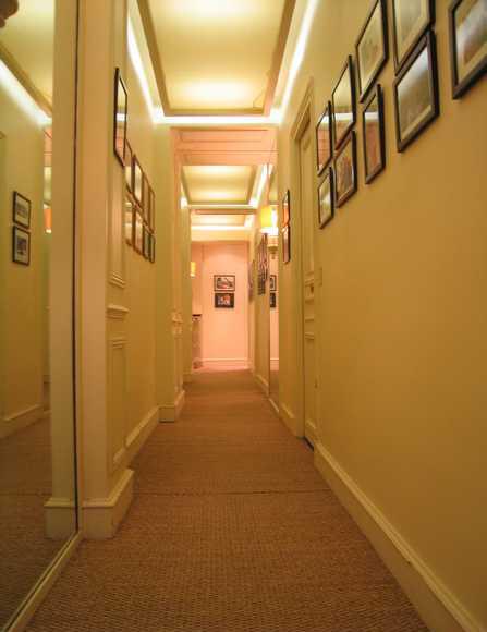 comment decorer un couloir long et etroit 10 id es pour am nager un couloir troit blog deco. Black Bedroom Furniture Sets. Home Design Ideas