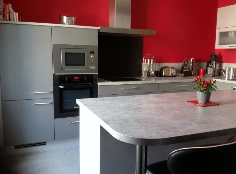 D corer les murs de ma cuisine grise et rouge for Deco cuisine framboise