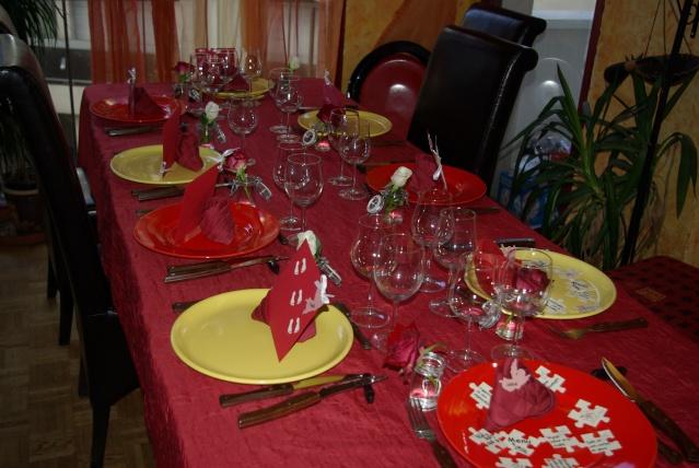deco table rouge et jaune. Black Bedroom Furniture Sets. Home Design Ideas