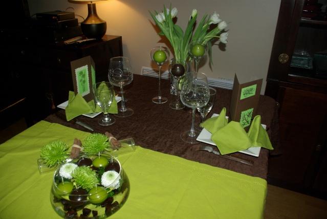 de table, sur un chemin de table vert, jai mis une coupelle avec des ...