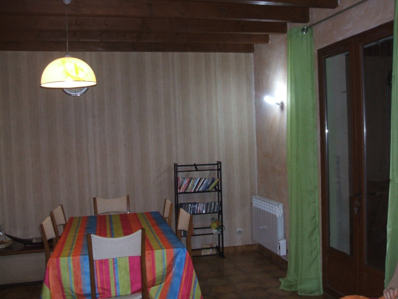 quel papier peint choisir avec des menuiseries poutre apparentes au plafond et portes couleur. Black Bedroom Furniture Sets. Home Design Ideas